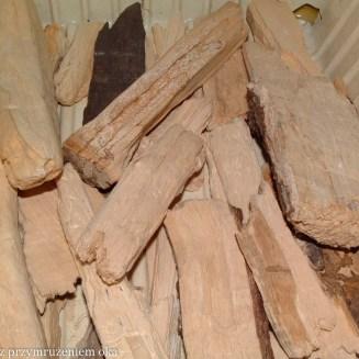 jasna barwa drewna na całej powierzchni i przekrojach